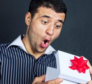 Что подарить парню на Новый год 2021: более 150+ свежих идей на любой вкус!