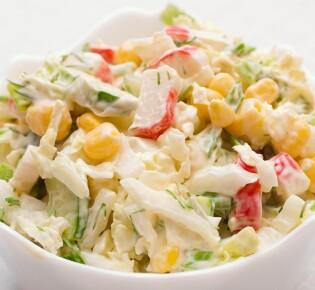 Салат с крабовыми палочками: 10 новогодних рецептов для любого стола