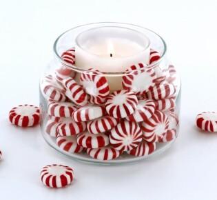 Новогодняя свеча, декорированная леденцами