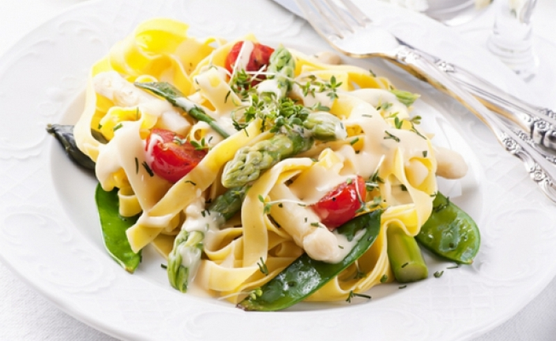 Теплый салат с крабами и спагетти