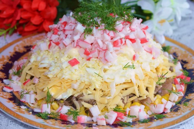 Салат с крабовыми палочками и грибами