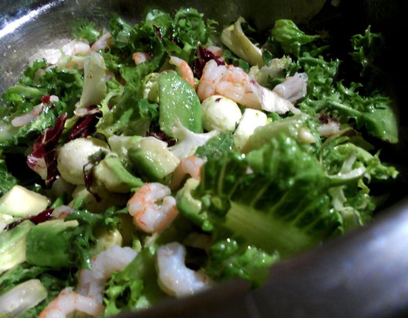 Салат с авокадо, моцареллой и креветками