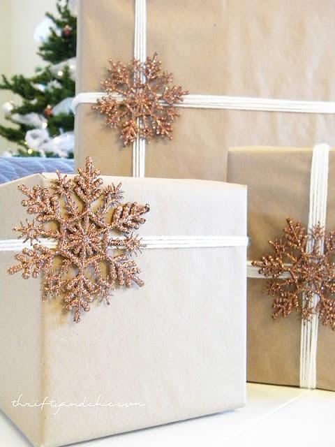 Новогодняя упаковка, декорированная пластиковой снежинкой