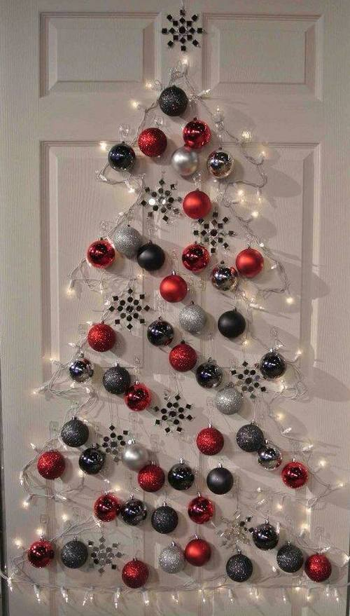 На двери украшения на новый год