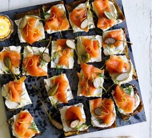 Новогодние закуски: Картофельные пирожные с копченым лососем и сливочным сыром