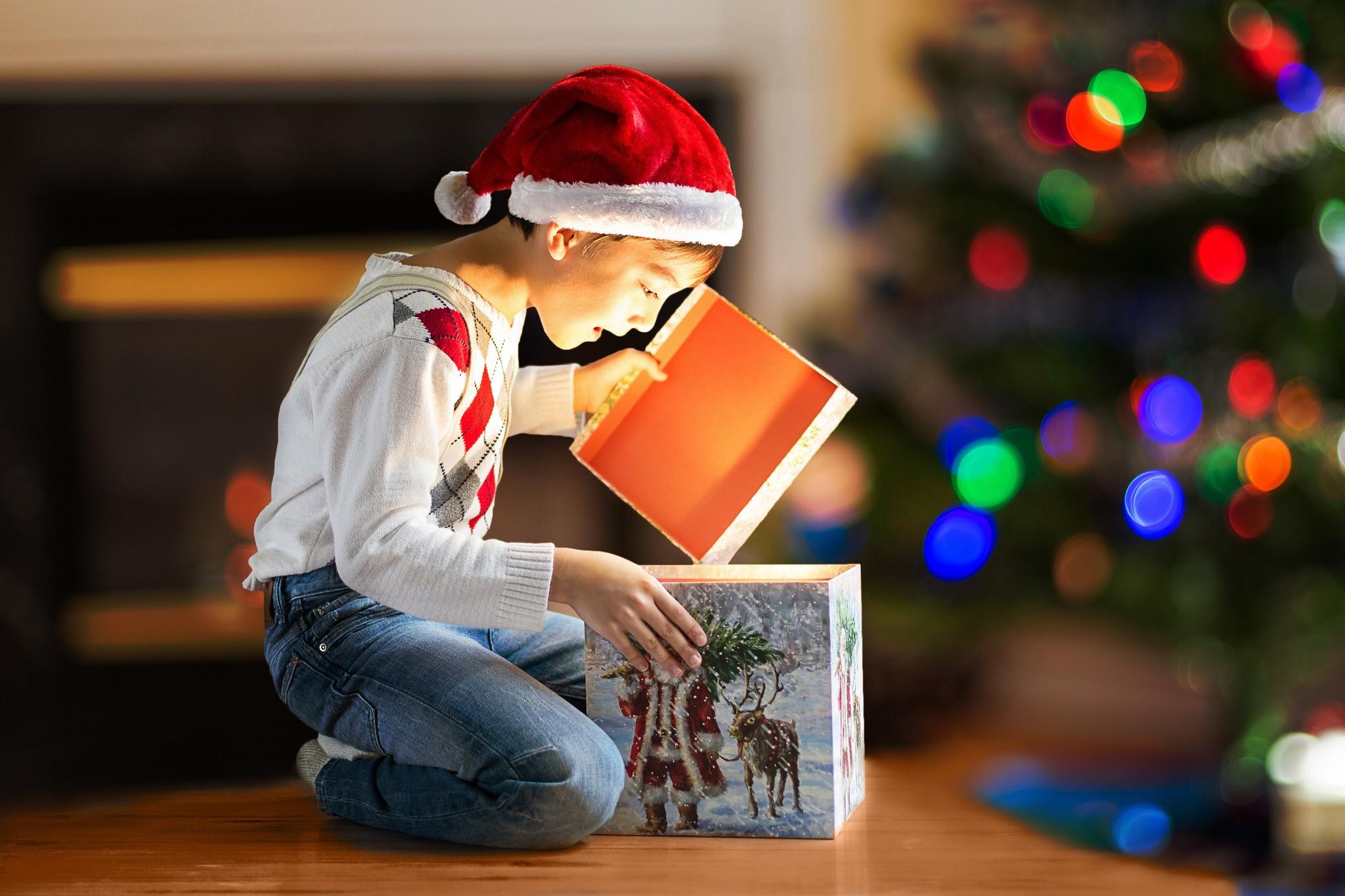 rebenok-chto-podarit Как упаковать подарок - В подарочную бумагу своими руками