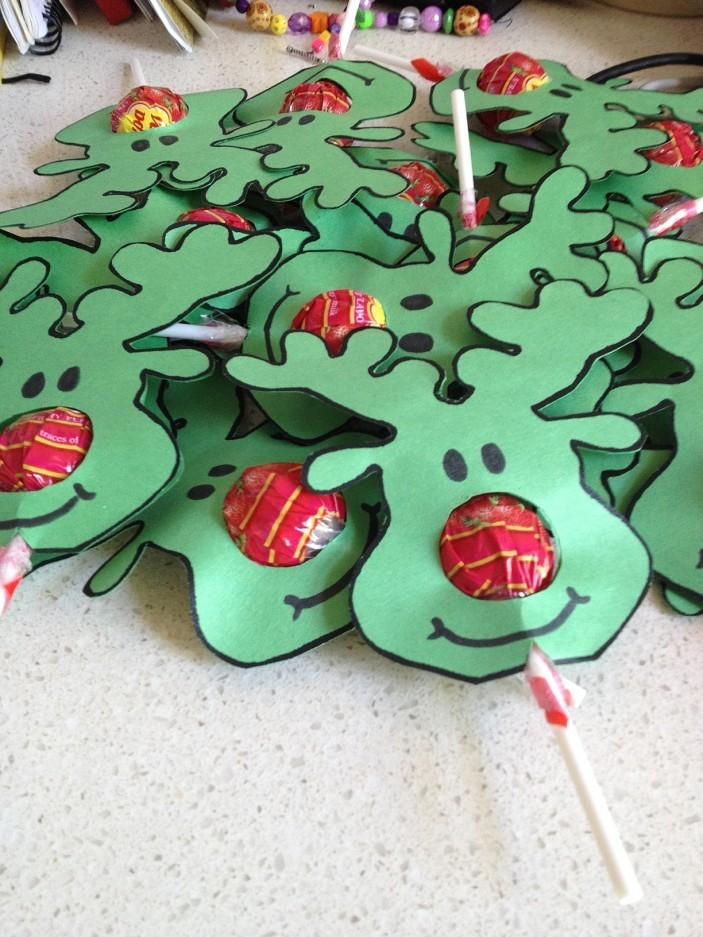 Декорируем новогодние конфеты: олени Деда Мороза