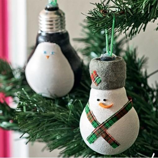 Снеговик из старых лампочек своими руками